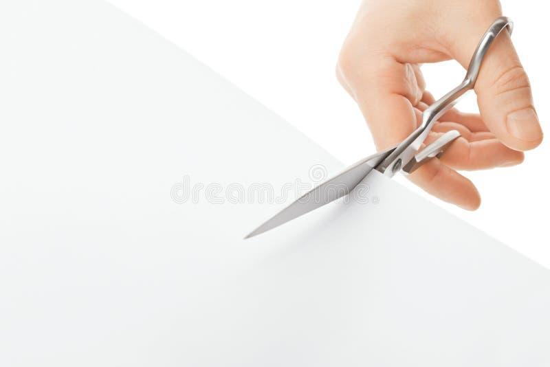 Χέρι με το ψαλίδι και το έγγραφο στοκ φωτογραφία με δικαίωμα ελεύθερης χρήσης