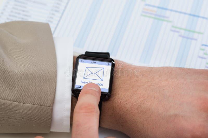 Χέρι με το smartwatch που παρουσιάζει αδιάβαστο μήνυμα στοκ φωτογραφία