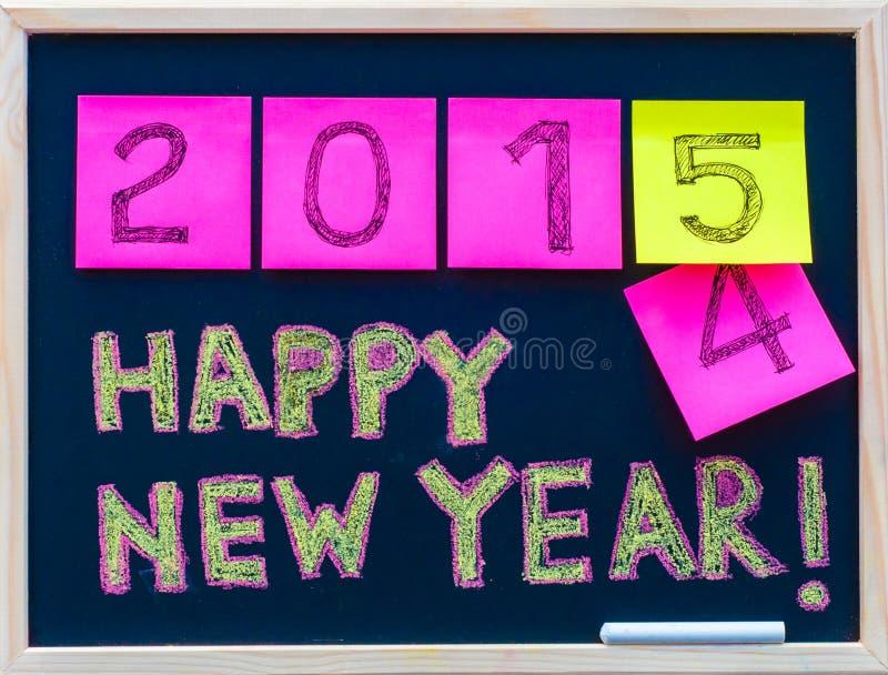 Χέρι μηνυμάτων καλής χρονιάς 2015 που γράφεται στον πίνακα, αριθμοί που δηλώνονται post-it στις σημειώσεις, 2015 που αντικαθιστού στοκ φωτογραφίες με δικαίωμα ελεύθερης χρήσης