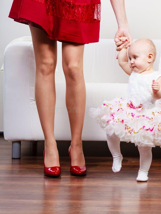 Χέρι μητέρων εκμετάλλευσης μωρών Χριστουγέννων στοκ εικόνες