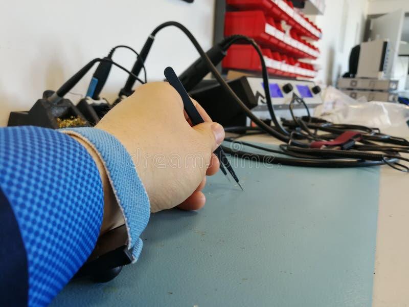 Χέρι μηχανικών με το ESD wristband στοκ φωτογραφία με δικαίωμα ελεύθερης χρήσης