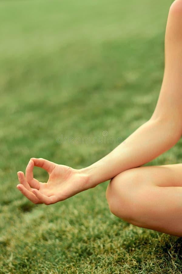 Χέρι μιας γυναίκας που στη γιόγκα άσκησης θέσης λωτού το καλοκαίρι Ενεργός τρόπος ζωής Υγιής και έννοια γιόγκας Ικανότητα και spo στοκ φωτογραφίες με δικαίωμα ελεύθερης χρήσης