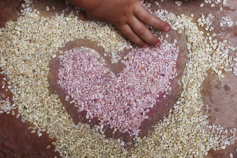 Χέρι παιδιών που σύρει μια καρδιά στοκ φωτογραφία με δικαίωμα ελεύθερης χρήσης
