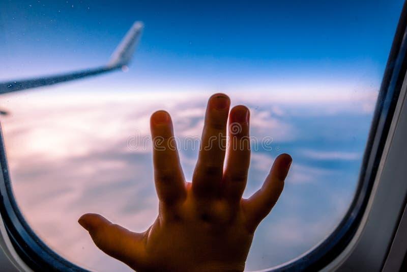 Χέρι παιδιών στο παράθυρο αεροπλάνων στοκ φωτογραφίες με δικαίωμα ελεύθερης χρήσης