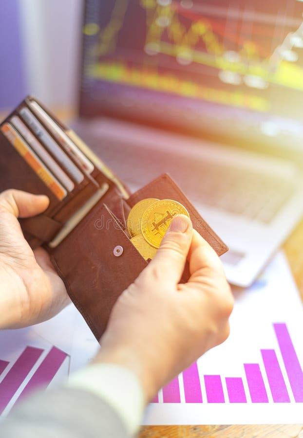 Χέρι που βάζει τα εικονικά χρυσά bitcoins στο πορτοφόλι στοκ φωτογραφίες με δικαίωμα ελεύθερης χρήσης