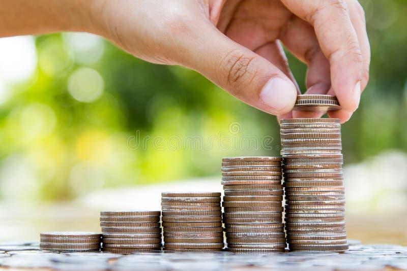 Download Χέρι που βάζει τα νομίσματα στη γραφική παράσταση ανάπτυξης σωρών νομισμάτων Στοκ Εικόνα - εικόνα από νόμισμα, ανασκόπησης: 62721249