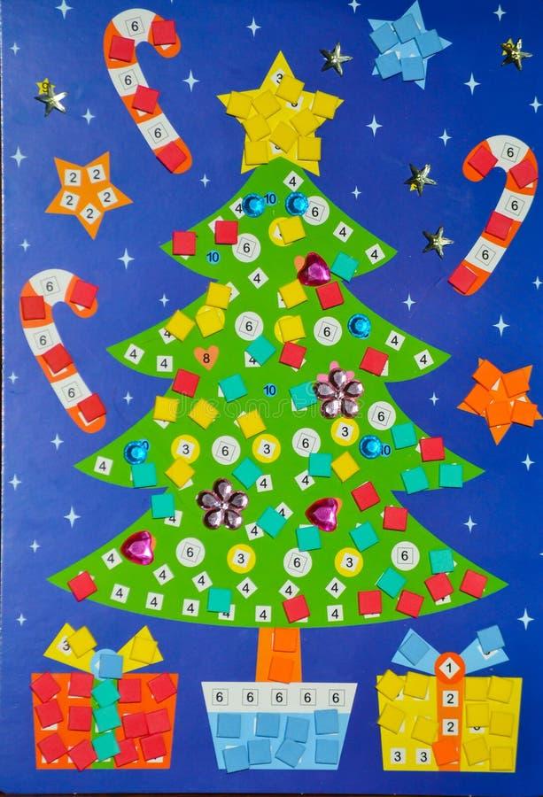 Χέρι - που γίνεται από ένα μικρό μωσαϊκό παιδιών για τη διακόσμηση Χριστουγέννων, το χριστουγεννιάτικο δέντρο και τα δώρα στοκ εικόνες