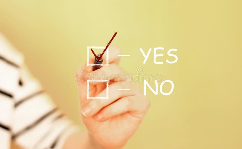 Χέρι που γράφει ένα σημάδι ναι αριθ. ελέγχου στοκ εικόνες με δικαίωμα ελεύθερης χρήσης
