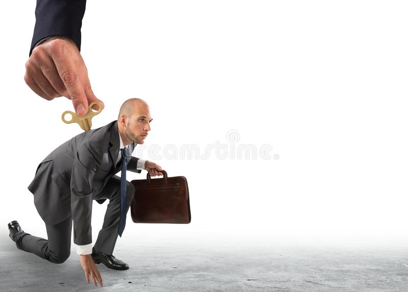 Χέρι που δίνει άνωθεν τη δαπάνη σε έναν επιχειρηματία έτοιμο να πάει στοκ φωτογραφίες