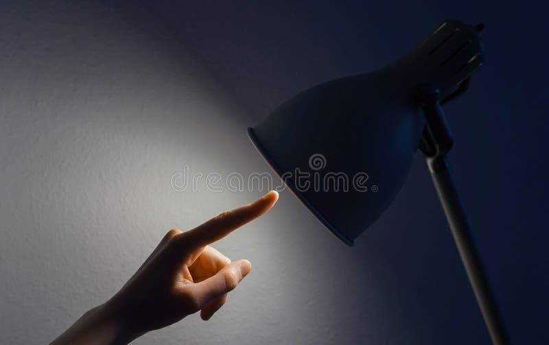 Χέρι που δείχνει σε έναν λαμπτήρα στοκ φωτογραφίες με δικαίωμα ελεύθερης χρήσης