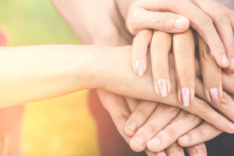 Χέρι που διατηρεί τη συνοχή, ενότητα, επιχειρησιακή ομαδική εργασία, φιλία, έννοια συνεργασίας στοκ εικόνες
