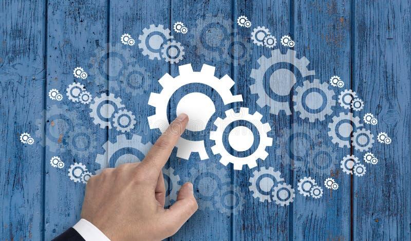 Χέρι που δείχνει gearwheel στην έννοια σύννεφων στοκ εικόνες με δικαίωμα ελεύθερης χρήσης
