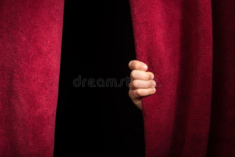 Χέρι που εμφανίζεται κάτω από την κουρτίνα. στοκ φωτογραφίες με δικαίωμα ελεύθερης χρήσης