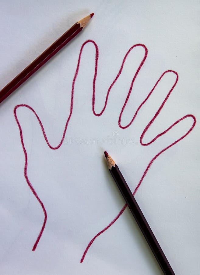 Χέρι που επισύρεται την προσοχή δεξί με το σύνολο ξύλινων μολυβιών χρώματος στο υπόβαθρο της Λευκής Βίβλου, έννοια αποκριών στοκ φωτογραφία με δικαίωμα ελεύθερης χρήσης