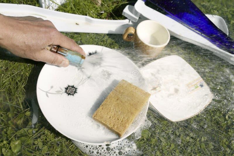 Χέρι που καθαρίζει Dishware στοκ φωτογραφίες