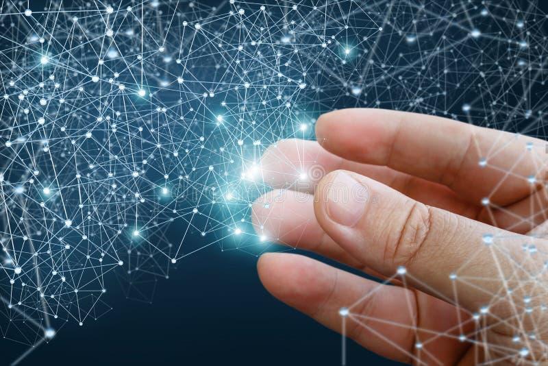 Χέρι που καταδεικνύει τις ψηφιακές γραμμές σύνδεσης στοκ φωτογραφία με δικαίωμα ελεύθερης χρήσης