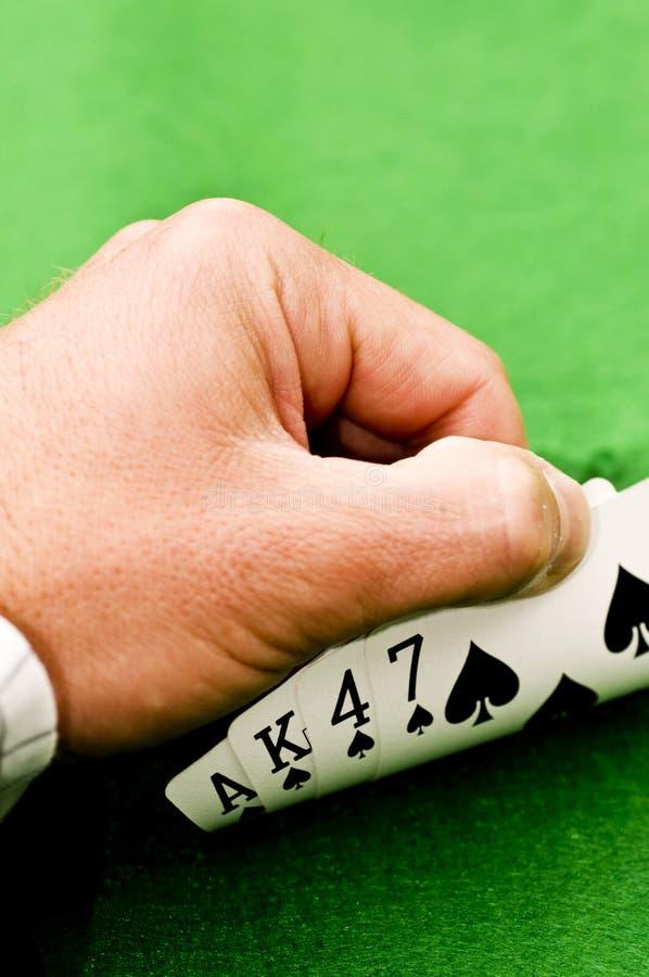 Χέρι που καλύπτει τις κάρτες στοκ φωτογραφία