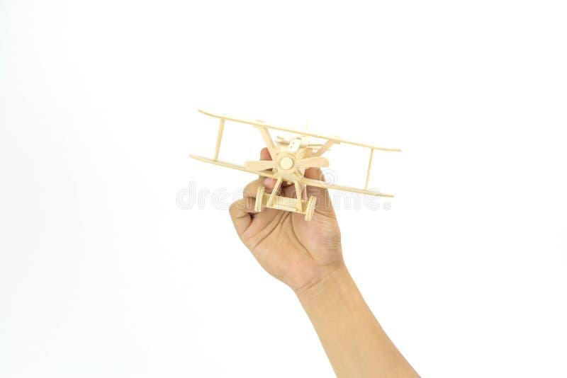 Χέρι που κρατά ένα ξύλινο πρότυπο αεροπλάνων στοκ εικόνες με δικαίωμα ελεύθερης χρήσης