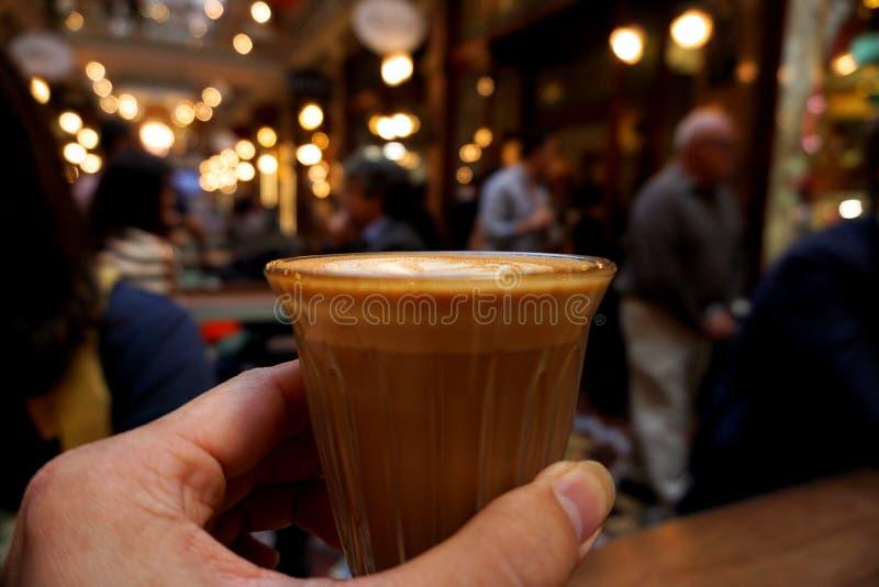 χέρι που κρατά ένα ποτήρι του καφέ στοκ φωτογραφία
