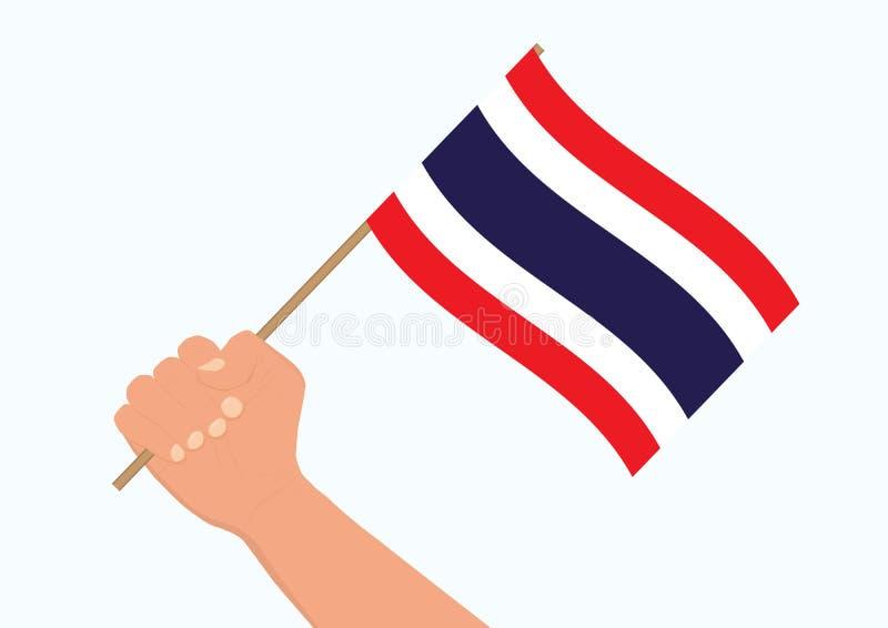 Χέρι που κρατά και που αυξάνει την εθνική ταϊλανδική σημαία στοκ φωτογραφία