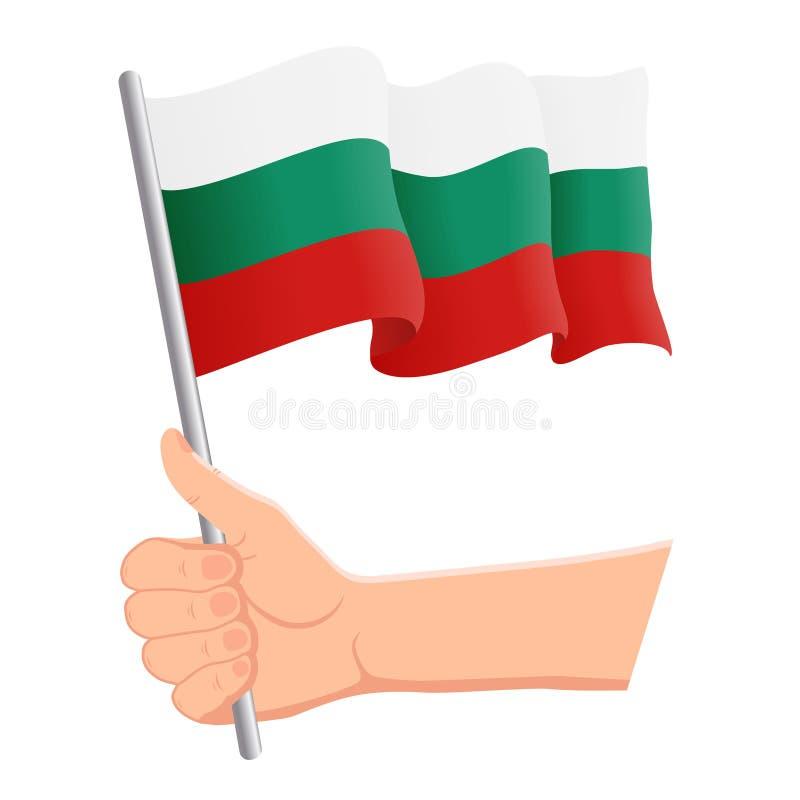 Χέρι που κρατά και που κυματίζει τη εθνική σημαία της Βουλγαρίας Ανεμιστήρες, ημέρα της ανεξαρτησίας, πατριωτική έννοια r ελεύθερη απεικόνιση δικαιώματος