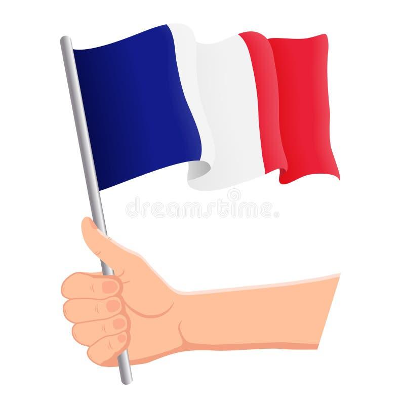 Χέρι που κρατά και που κυματίζει τη εθνική σημαία της Γαλλίας Ανεμιστήρες, ημέρα της ανεξαρτησίας, πατριωτική έννοια r απεικόνιση αποθεμάτων