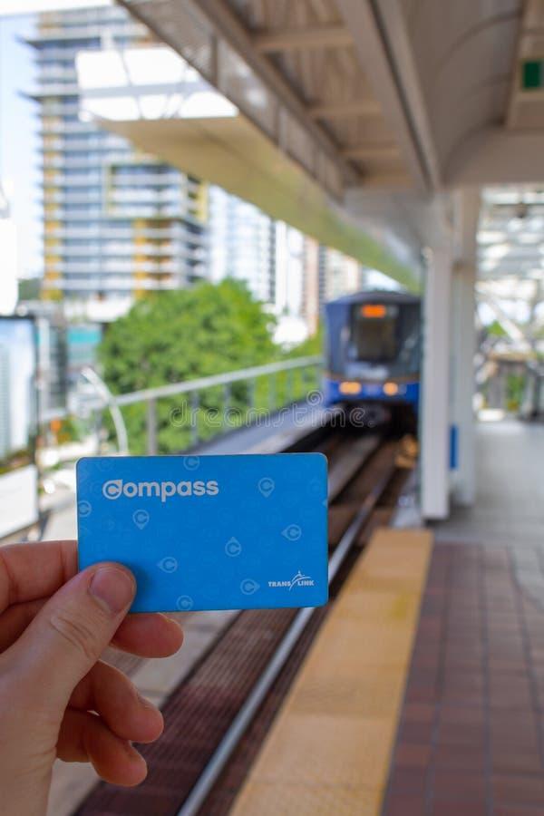 Χέρι που κρατά μια κάρτα πυξίδων Translink στοκ εικόνες