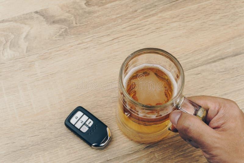 Χέρι που κρατά μια κούπα της μπύρας στοκ εικόνες