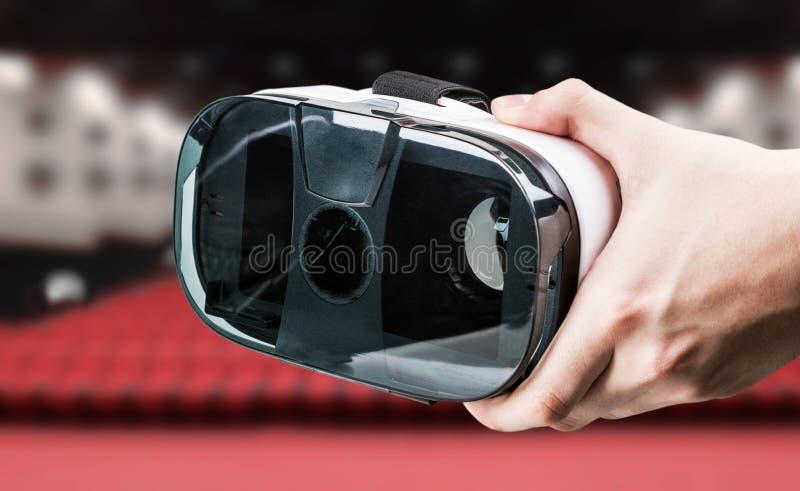 Χέρι που κρατά τα γυαλιά εικονικής πραγματικότητας στον κινηματογράφο στοκ εικόνα με δικαίωμα ελεύθερης χρήσης