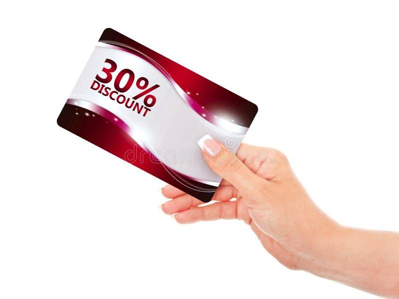 Χέρι που κρατά την κόκκινη κάρτα έκπτωσης απομονωμένη πέρα από το λευκό στοκ εικόνες με δικαίωμα ελεύθερης χρήσης