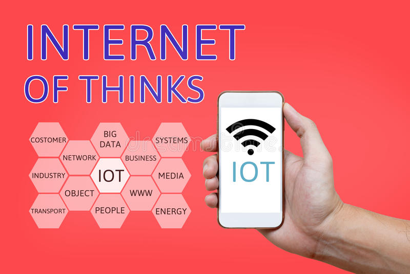 Χέρι που κρατά το έξυπνο τηλέφωνο με Διαδίκτυο των πραγμάτων & x28 IoT& x29  λέξη και στοκ εικόνες με δικαίωμα ελεύθερης χρήσης