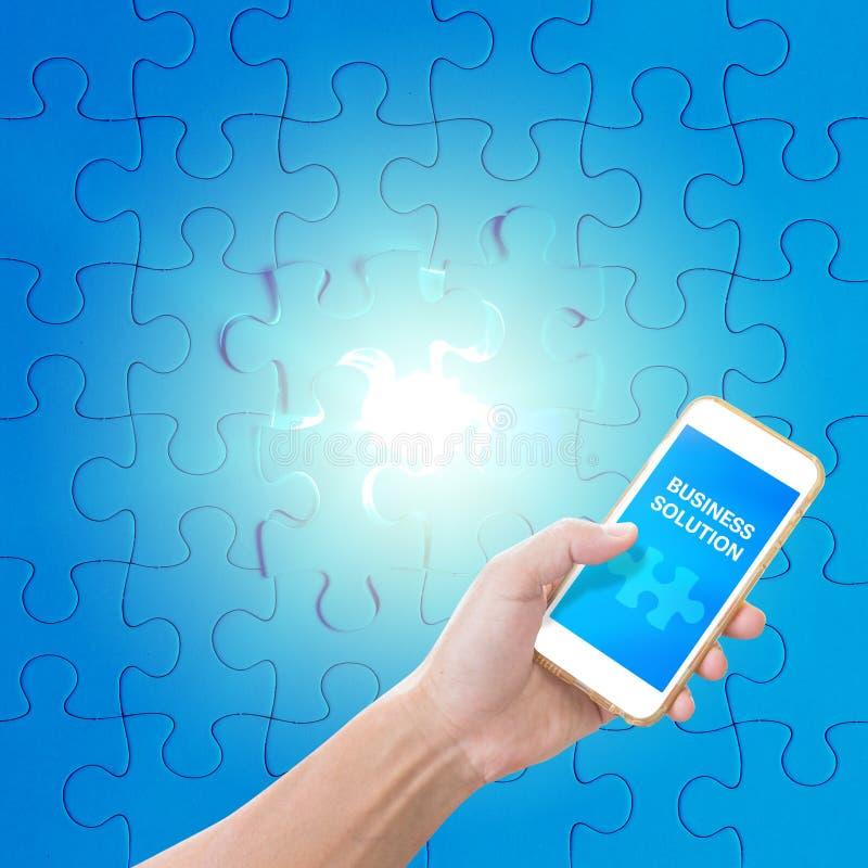 Χέρι που κρατά το κινητό τηλέφωνο με τη λέξη επιχειρησιακής λύσης στοκ φωτογραφίες με δικαίωμα ελεύθερης χρήσης