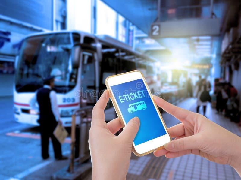 Χέρι που κρατά το κινητό τηλέφωνο με τη λέξη ε-εισιτηρίων στοκ εικόνες με δικαίωμα ελεύθερης χρήσης
