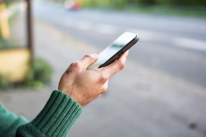 χέρι που κρατά το κινητό τηλέφωνο στοκ φωτογραφίες με δικαίωμα ελεύθερης χρήσης