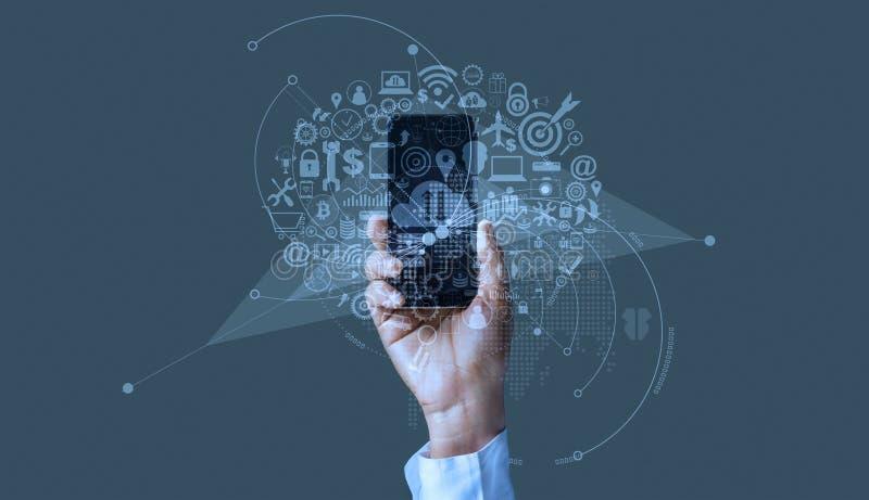 Χέρι που κρατά το κινητό smartphone με το επιχειρησιακό ψηφιακό μάρκετινγκ εικονιδίων, τη σε απευθείας σύνδεση πληρωμή και το δίκ στοκ φωτογραφίες