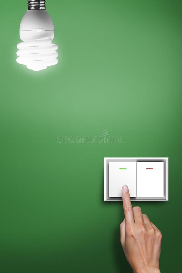 Χέρι που πατιέται στην αλλαγή για να ανοίξει το φως στοκ φωτογραφία με δικαίωμα ελεύθερης χρήσης