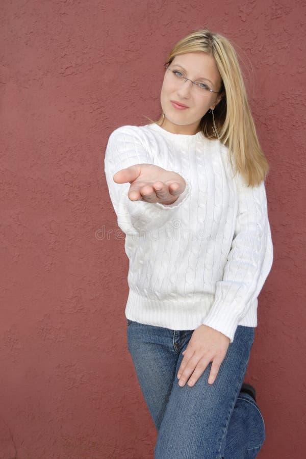 χέρι που προσφέρει τις νε&omi στοκ φωτογραφίες