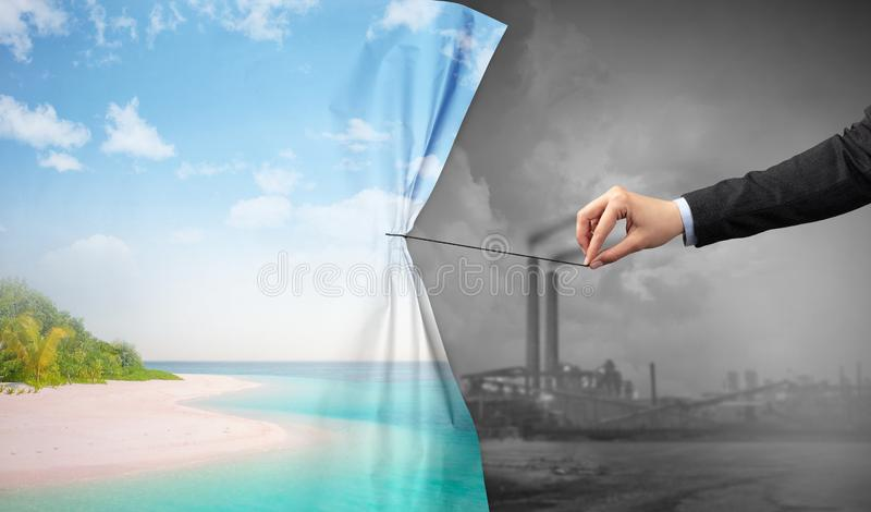Χέρι που τραβά την κουρτίνα εικονικής παράστασης πόλης φύσης στην γκρίζα εικονική παράσταση πόλης στοκ εικόνες με δικαίωμα ελεύθερης χρήσης