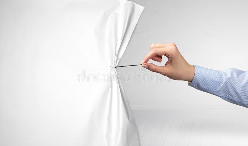 Χέρι που τραβά την κουρτίνα της Λευκής Βίβλου στοκ φωτογραφίες με δικαίωμα ελεύθερης χρήσης