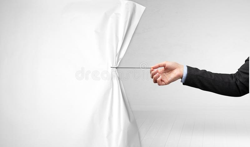Χέρι που τραβά την κουρτίνα της Λευκής Βίβλου στοκ εικόνες με δικαίωμα ελεύθερης χρήσης
