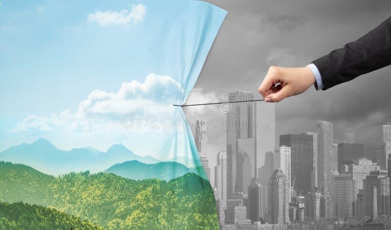 Χέρι που τραβά την πράσινη κουρτίνα εικονικής παράστασης πόλης στην γκρίζα εικονική παράσταση πόλης στοκ φωτογραφία με δικαίωμα ελεύθερης χρήσης