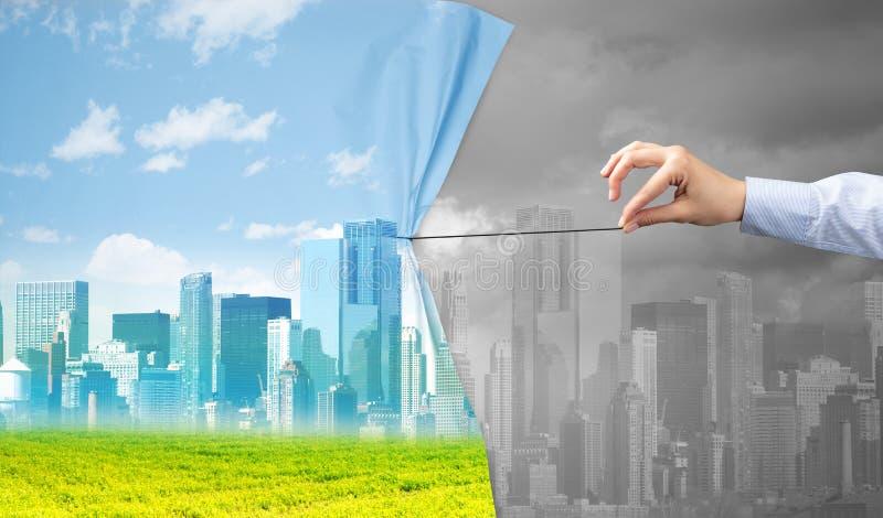 Χέρι που τραβά την πράσινη κουρτίνα εικονικής παράστασης πόλης στην γκρίζα εικονική παράσταση πόλης στοκ φωτογραφίες με δικαίωμα ελεύθερης χρήσης
