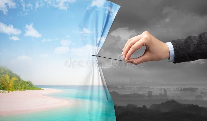 Χέρι που τραβά την πράσινη κουρτίνα τοπίων στο γκρίζο τοπίο στοκ φωτογραφίες με δικαίωμα ελεύθερης χρήσης