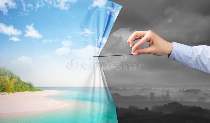 Χέρι που τραβά την πράσινη κουρτίνα τοπίων στο γκρίζο τοπίο στοκ φωτογραφία με δικαίωμα ελεύθερης χρήσης