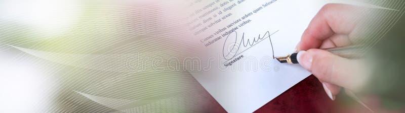 Χέρι που υπογράφει μια σύμβαση  πανοραμικό έμβλημα στοκ εικόνες
