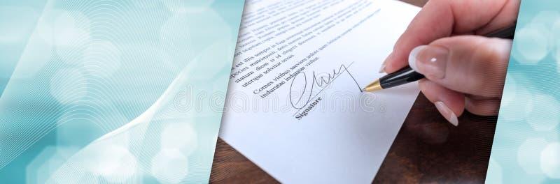Χέρι που υπογράφει μια σύμβαση  πανοραμικό έμβλημα στοκ εικόνες με δικαίωμα ελεύθερης χρήσης