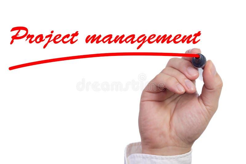 Χέρι που υπογραμμίζει τη διαχείριση του προγράμματος εργασίας στο κόκκινο στοκ εικόνες