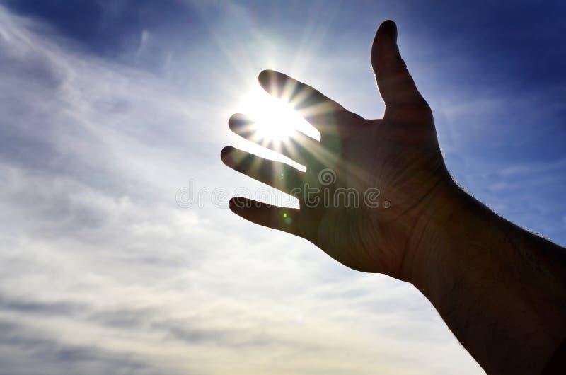 Χέρι που φθάνει προς το φως του ουρανού που επιδιώκει τη βοήθεια στοκ φωτογραφία με δικαίωμα ελεύθερης χρήσης