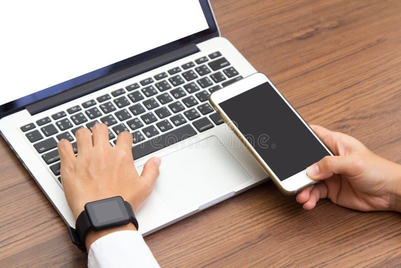 Χέρι που φορά το κομψό smartwatch στοκ εικόνα με δικαίωμα ελεύθερης χρήσης