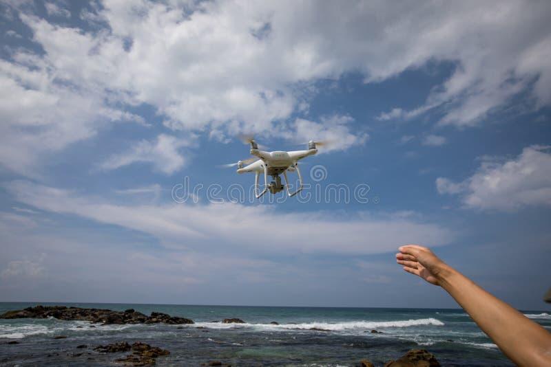 Χέρι που φτάνει για έναν πετώντας κηφήνα στοκ φωτογραφία με δικαίωμα ελεύθερης χρήσης